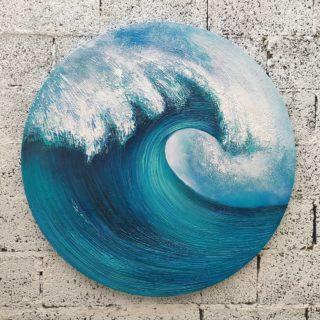"""""""Волна"""" ⠀круг 100см ⠀холст, акрил ⠀ ⠀🌊 Предмет современного искусства с незамысловатым названием - Волна. Тем не менее волна полна динамики, выполнена на стильном круглом подрамнике - очень интерьерная вещь, насыщенная по цвету, яркая, с объёмной фактурой. ⠀ ⠀Картина представлена в арт галерее Форт @sochi.fort, продаётся. ⠀ ⠀#ЧибисковПавел #художник #Картины #Живопись #Искусство #картинаназаказ #арт #холстакрил #паркгорького #pavelchibiskov #art #paintings #сочифорт #волна #море #марина #пастознаяживопись #современноеискусство"""